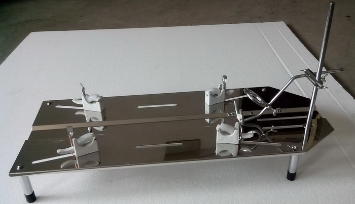 LAB-EYE 115NHT型不锈钢电热鼠兔两用解剖台能满足高等院校实验室鼠兔手术的需要,目前是动物手术的必备器械之一,该解剖台采用1.5mm的优质不锈钢抛光制做,款式大方且耐腐蚀易清洗,备有电加热装置,用以寒冷天气使用。不锈钢恒温鼠兔解剖台具有控温准确、温度显示直观、操作方便等特点,经各大院校使用后匀获好评! 一、 技术数据: 1、 控温范围:室温50 2、 控温精度:1 3、 工作电源:220V 4、 外形尺寸:700290100mm 二、 操作方法: 打开控温开关,根据实验要求将温度旋钮
